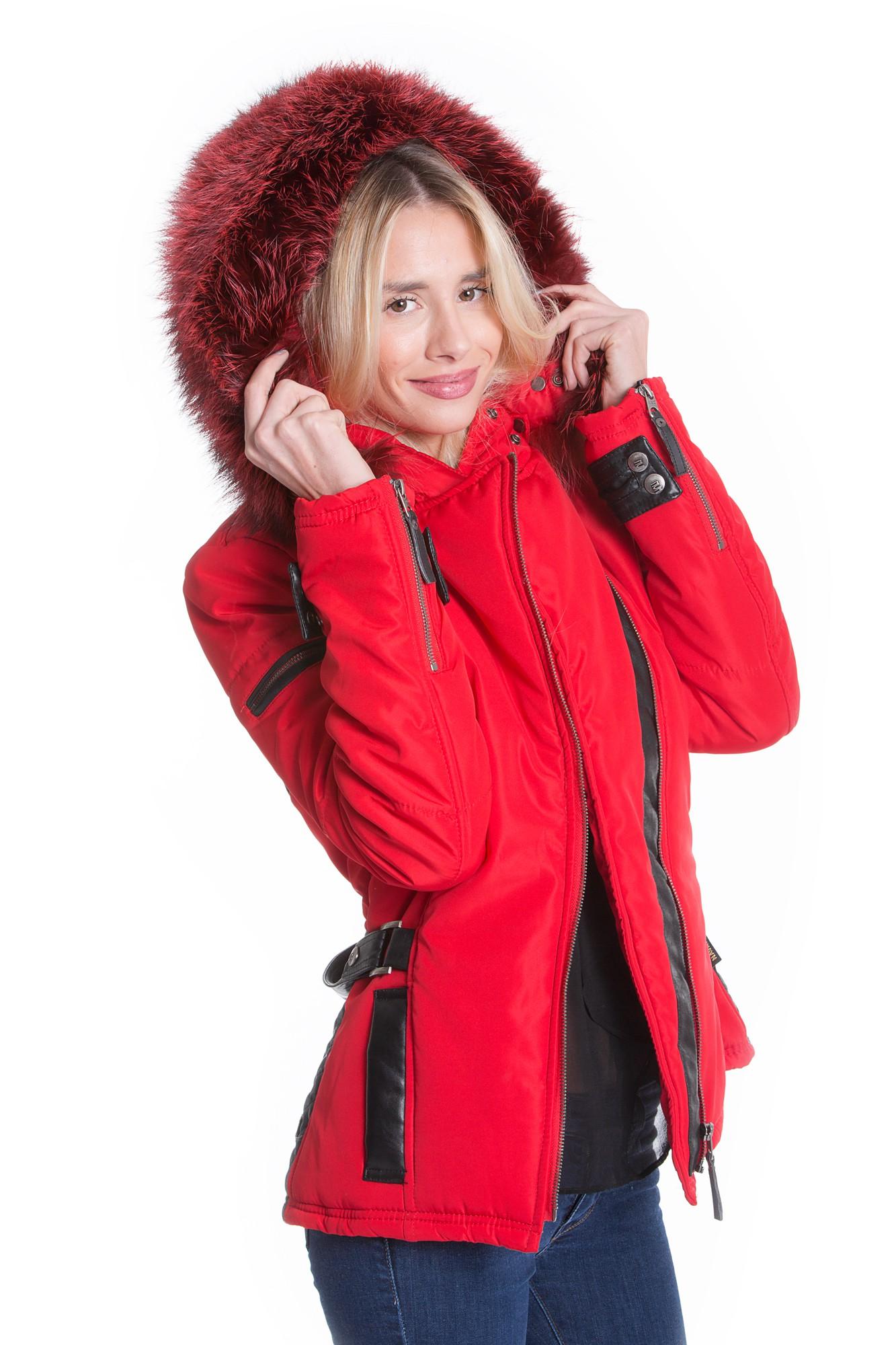 Rote Jacke mit XXXL-Fellkapze